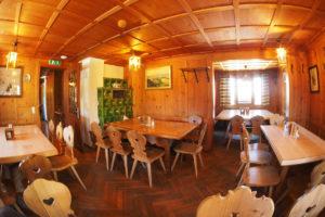 Blick in die Gaststube unserer DAV-Hütte - hier kann in gemütlicher Atmosphäre gefrühstückt und zu Abend gegessen werden