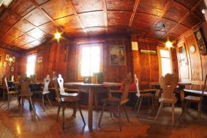 Noch ein Blick in die Gaststube - im typisch österreichischen Flair lädt sie zum Verweilen in unserer Berghütte ein