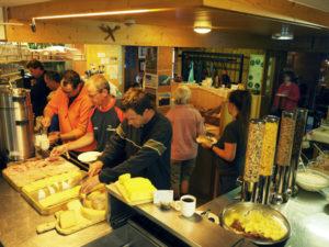 Unser reichhaltiges Frühstücksbuffet, dazu leckeren Kaffee und für die Wanderer Lunchpakete und belegte Brötchen