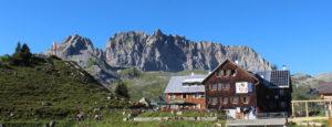 Blick auf die Freiburger Hütte in der Nähe von Lech am Arlberg in Österreich
