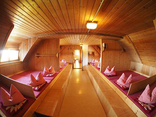 Unser Matratzenlager - wie in jeder Alpenvereinshütte kann man hier in unserer Berghütte günstig übernachten