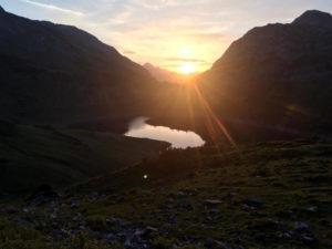 Die Sonne geht auf hinter dem Formarinsee - von unserer Hütte aus hat man eine wundervolle Aussicht.
