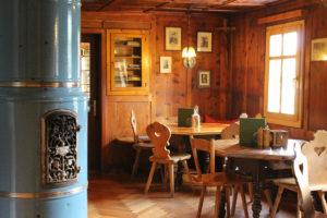 Unsere in Holz gehaltene, urige Gaststube in der Freiburger Hütte