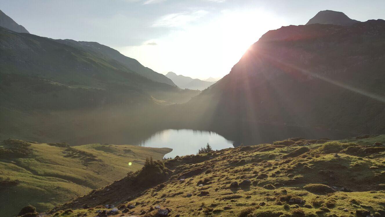 Ein gemütlicher Ort zum Verweilen in der Sonne mit Blick auf den Formarinsee