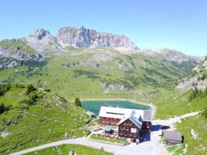 Blick auf die Freiburger Hütte, den Formarinsee und die Rote Wand