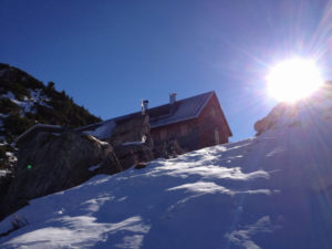Blick auf die Freiburger Hütte von unten im Winter - auf fast 2000m Höhe liegt hier natürlich viel Schnee