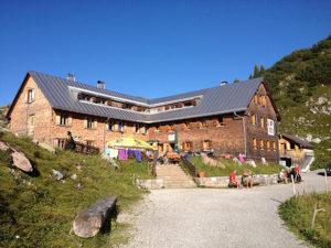 Unsere Freiburger Hütte von unten, wenn man nach der Wanderung von Lech am Arlberg bei uns ankommt