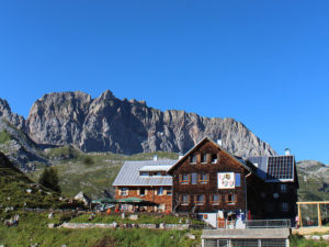 Die Freiburger Hütte in all ihrer Pracht bei strahlendem Sonnenschein und wolkenlosem Himmel